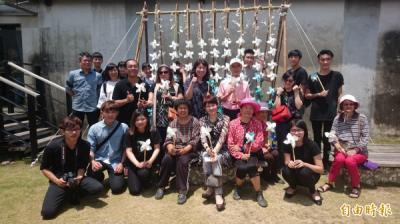 媒體受訪-蚵殼化影成蚵女側面 台南博物館節6大學展身手
